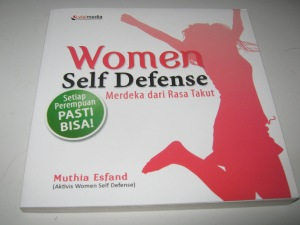 "Buku panduan ""Women Self Defense"" yang ditulis oleh Muthia Esfand, instruktur Women Self Defense Class"