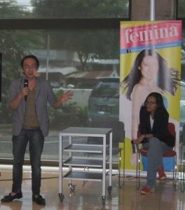 Iwan Setyawan menceritakan dengan penuh semangat pengalaman hidupnya, sampai-sampai mba redaksi Femina terpukau :D