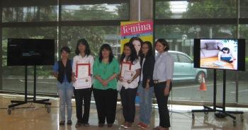 pemenang sayembara cerpen cerber femina 2013 berpose bersama ibu Leila Chudori dan Redaktur Femina