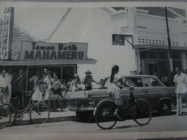 toko batik Mahameru menjadi kebanggaan Mbah Kakung, yang kini tinggal kenangan