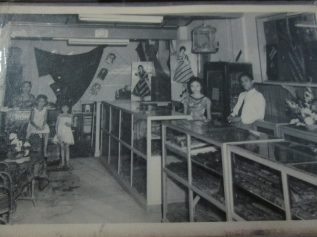 Mbah Putri, dua sepupu Mami yang masih kecil, Mami, Mbah Kakung menjaga toko batik milik sendiri