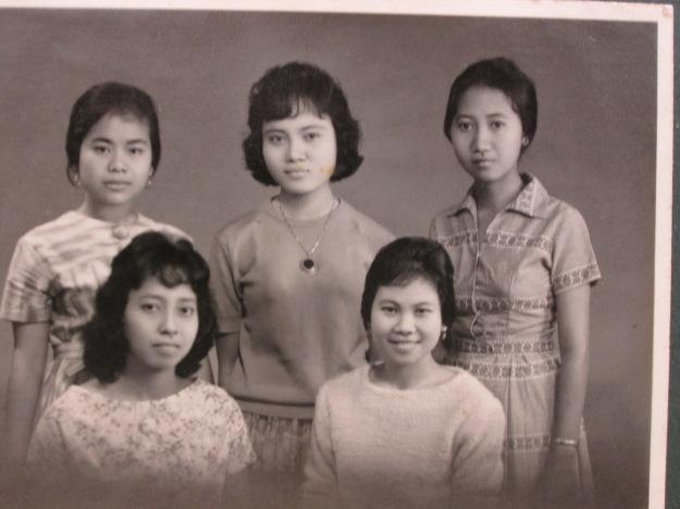 Mami bersama teman-teman satu kos di Bandung yang juga masih saudara