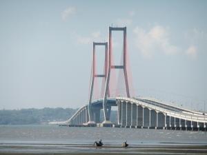 Jembatan Suramadu: daya tarik wisata Surabaya-Madura (foto: Wikipedia)
