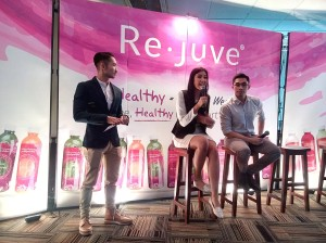 Zivanna Letisha dan Argareza menjelaskan tentang manfaat mengikuti program 3R dari Re.juve (ki-ka: Emil (mc), Zizi dan Reza. (foto dok.pribadi)