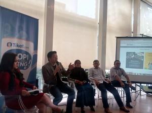 para pembicara Ngopi Bareng Tiket, ki-ka: Nuniek Tirta (moderator, inisiator #StartUpLokal), Gaery Undarsa (co-founder Tiket.com), Ibu Indah Juli (co-founder Kumpulan Emak Blogger), Bapak Novanta (Head B2B Tiket.com), Adam (affiliate)