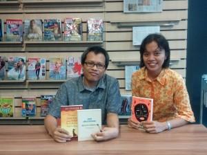 Saya bersama Eka Kurniawan dan buku-buku yang ditandatanganinya. Dua di antaranya buku titipan teman, ha ha.. (foto dok.pribadi)