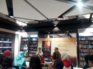 """Mba Siska Yuanita (kiri), sang penerjemah serial detektif The Cormoran Strike dalam acara peluncuran buku ketiga berjudul """"Career of Evil"""" (foto: dok.pribadi)"""