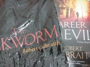 Merchandise dari Gramedia: T-Shirt The Silkworm & buku Career of Evil. Terima kasih, Gramedia :) (foto: dok.pribadi)