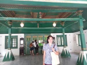 Saya berpose di depan bangunan utama Keraton Kasepuhan Cirebon