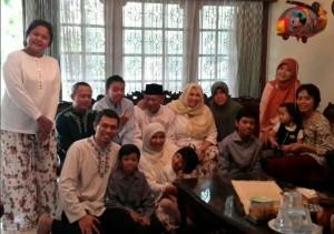 Ayah merayakan lebaran Idul Fitri 137 H/2016 M bersama seluruh keluarga, dan keluarga baru :). (foto: dok.pribadi)