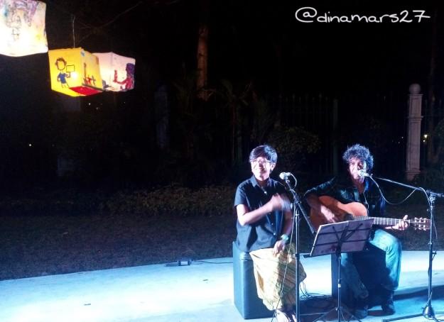 Musikalisasi puisi oleh duo Ari-Reda menutup acara peresmian Taman Pandang Istana pada Sabtu,30 Juli 2016, hingga jam 8 malam. (foto: dok.pribadi)