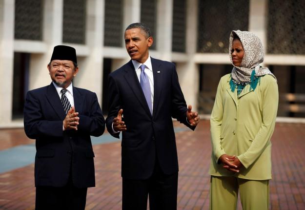 Presiden Obama dan istri, Michelle Obama, mengakui keanekaragaman suku, budaya dan agama di Indonesia dalam kunjungannya ke Mesjid Istiqlal, Jakarta 10 November  2010. Dalam foto, kunjungan mereka ditemani almarhum Ali Mustafa Yaqub, Imam Besar Masjid Istiqlal.   (foto sumber: REUTERS/Jason Reed    (INDONESIA)