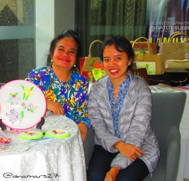 mengobrol dengan Ibu Salfrida Nasution, istri mendiang sastrawan Ramadhan KH, yang aktif dalam mempromosikan budaya Indonesia di luar negeri melalui sulam-menyulam. (foto: dokumen pribadi)