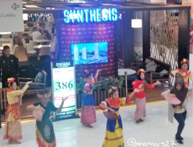 dancer acara flashmob di Mal Bassura mengenakan berbagai kostum tradisional : Betawi, Bali, Makassar, dll. (foto sumber: dokumen pribadi)
