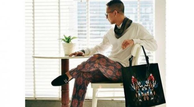 Didiet Maulana dan disain tenun ikat eksklusif untuk tas high end brand TUMI. (foto sumber: dok.sctv liputan6.com)