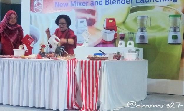 Ibu Sisca didampingi Mba Waya (blogger) dengan lincah menjelaskan tentang penggunaan mixer untuk membuat kue. (foto: dok.pribadi)