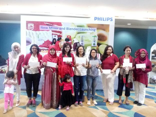 para pemenang voucher lomba games Philips Indonesia berfoto bersama. (foto: Blogger Perempuan)