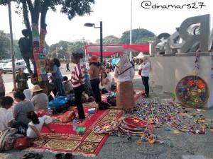 anyam-anyaman hasil karya komunitas Rajut Kejut yang menambah semarak warna-warni Taman Pandang Istana. (foto: dok.pribadi)