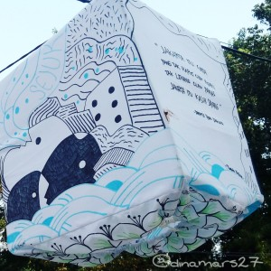 Salah satu lampion yang menghiasi Taman Pandang Istana, berisi kutipan puisi karya Sapardi Djoko Damono. (foto: dok.pribadi)