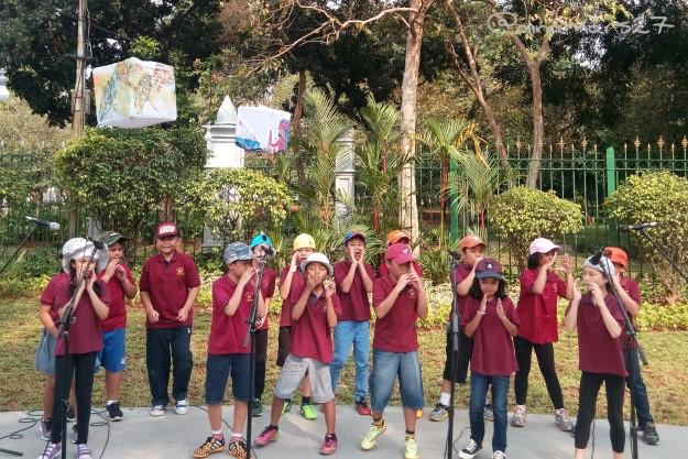 Paduan Suara SD Kembang meramaikan acara peresmian Taman Pandang Istana. (foto: dok.pribadi)