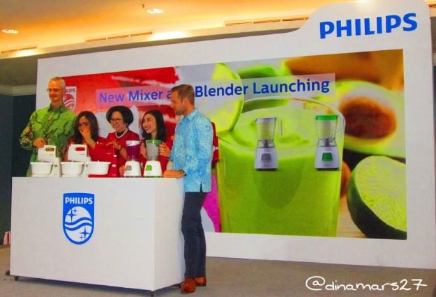 Peluncuran Blender dan Mixer Terbaru dari Philips Indonesia bersama di antaranya Bapak Jasper Westerink (General Manager, batik hijau) dan Ibu Sisca Suwitomo (foto: dok.pribadi)