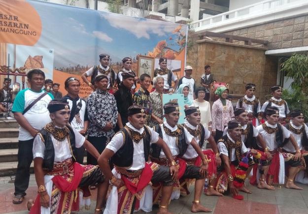 Para penari Jaran Kepang dalam acara peluncuran novel Genduk, berpose dengan Sundari Mardjuki (sang penulis novel), wakil bupati Temanggung Bapak Irawan Prasetyadi, Didik Ninik Towok. (foto sumber: dokumen pribadi)