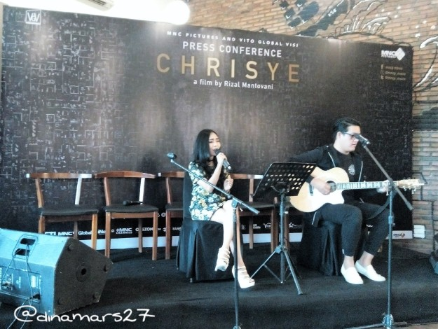 Ajeng dan Uki dari Aviwkila Band mengajak para wartawan dan blogger mengenang kembali lagu-lagu Chrisye secara akustik. (foto: dok.pri)