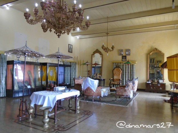 Bagian dalam istana kedaton Ternate yang didominasi warna emas. (foto: dok.pri)