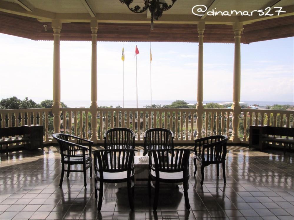 balkon teras istana Kedaton dengan pemandangan hamparan laut Halmahera. (foto: dok.pri)