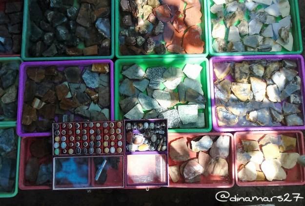 Berbagai jenis batu bacan, mulai dari yang masih kasar sampai yang sudah diasah. (foto: dok.pri)