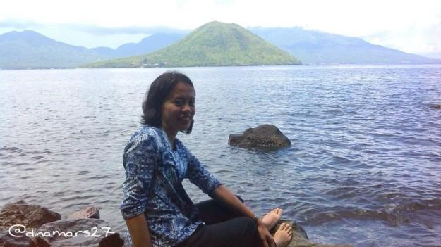 Saya berpose dengan pemandangan Pulau Maitara. Pulau ini dapat kita temukan pada uang lembar Rp 1000,-. (foto: dok.pri)