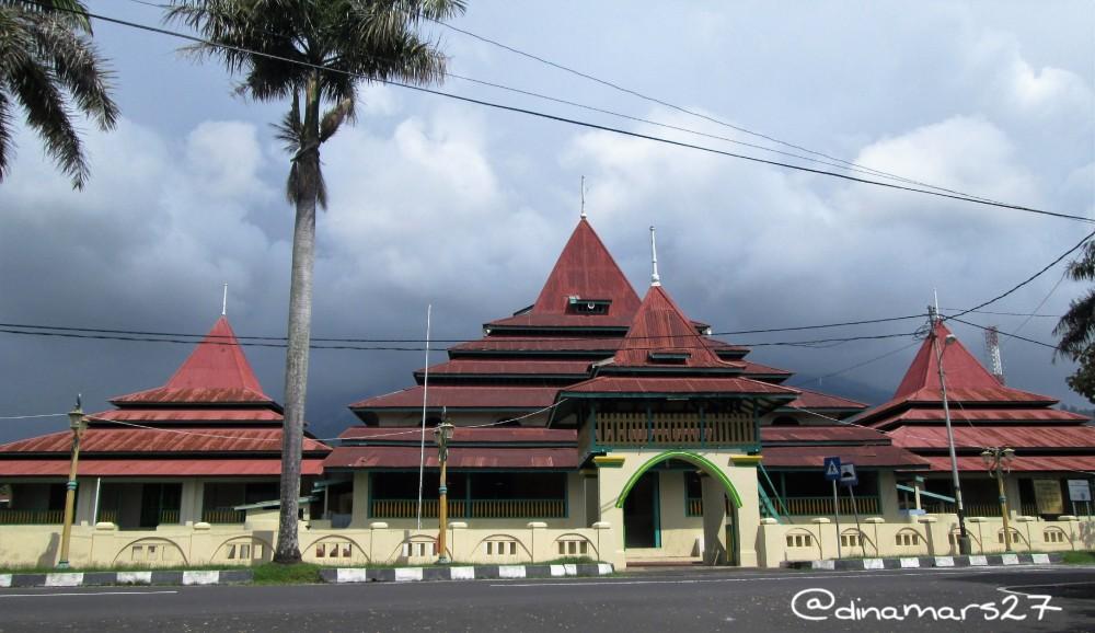 Mesjid Kesultanan Ternate beratapkan tumpang limas, seperti mesjid Demak di Jawa. (foto: dok.pri)