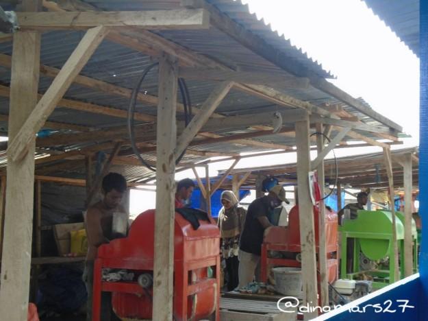 Pasar Dodoku Kapita Lau Ali. Di sini batu akik yang masih kasar diasah dengan mesin sederhana. (foto: dok.pri)