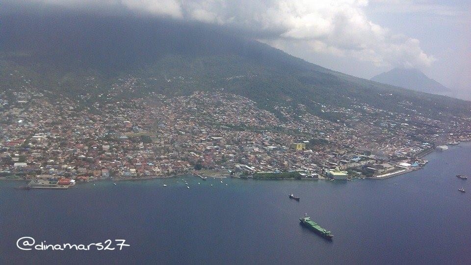 Pemandangan kota Ternate dari dalam pesawat, sebelum mendarat. (Foto: dok.pri)