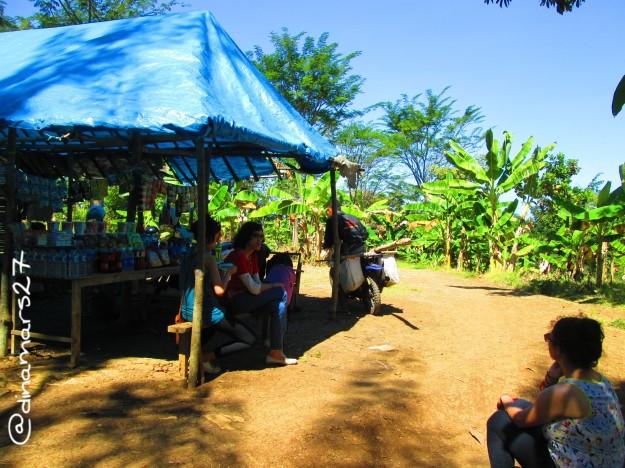 Beristirahat sejenak di warung dalam perjalanan menuju Pantai Coro. (foto: dok.pri)