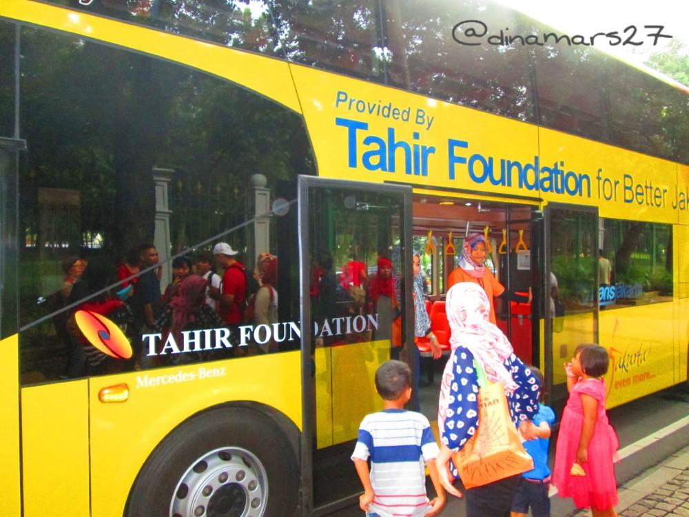 Bus Double Decker Wisata Jakarta berciri khas warna-warni yang nggonjreng mengantarkan para wisatawan dan penduduk dengan berbagai rute spesifik. (foto: dok.pri)