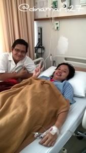 Saya saat dirawat di rumah sakit akibat dengue, ditemani sepupu. (foto: dokumen Mba Nita)