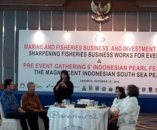 Ibu Susi Pudjiastuti (berdiri), Menteri Kelautan dan Perikanan dalam acara sosialisasi pra-event Indonesian Pearl Festival 2016 di Gedung Mina Bahari III, 12 Oktober 2016, Jakarta. (foto: dok.pri)