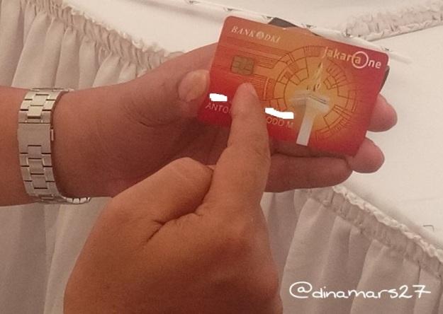 Bapak Antonius Widodo menjelaskan fungsi kartu JakartaOne tidak hanya sebagai alat pembayaran, melainkan juga untuk penyaluran kredit usaha. Microchip pada kartu berfungsi menyimpan data nasabah. (foto: dok.pri)