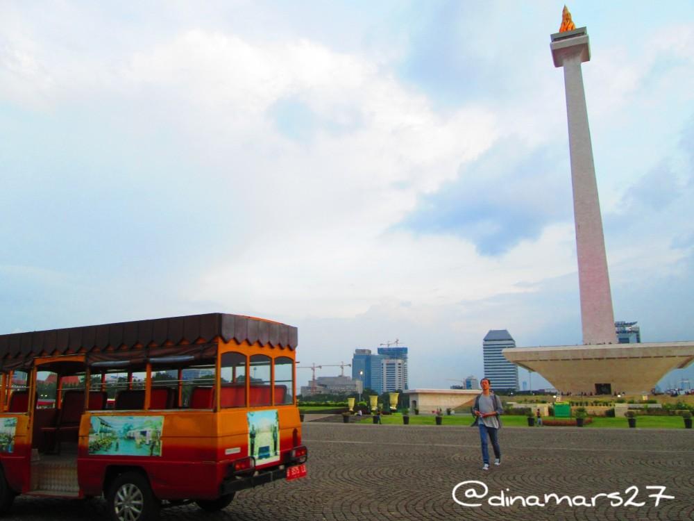 Kereta Wisata Monas, mengantarkan pengunjung melintasi halaman Monas sebelum masuk ke dalam monumen secara gratis! (foto: dok.pri)
