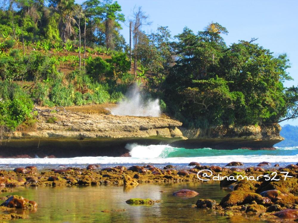 Ombak yang menghepas ke tengah bolongan karang Pantai Coro. (foto: dok.pri)