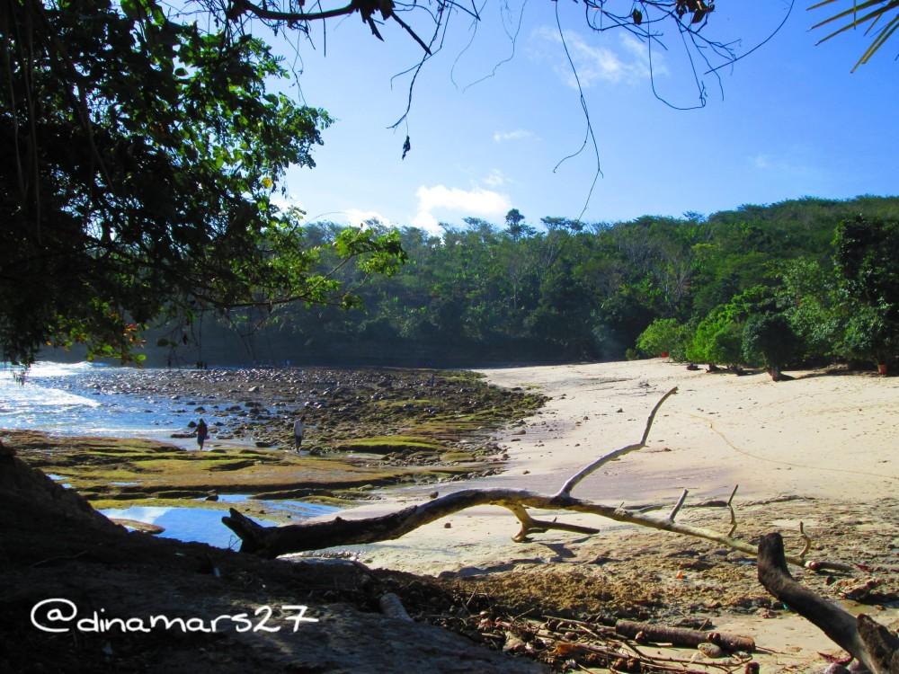 Pantai Coro berpasir putih. (foto: dok.pri)