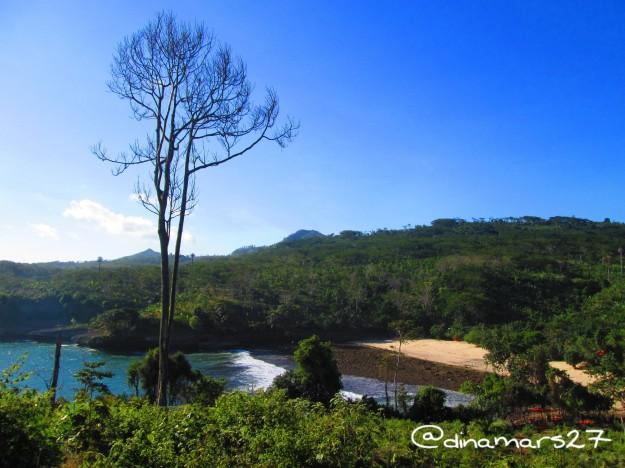 Pantai Coro dengan pasir putih dari atas bukit. (foto: dok.pri)