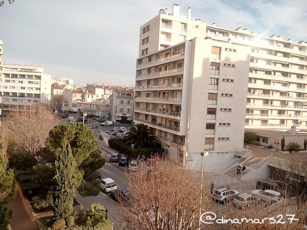 menginap di kediaman penduduk lokal akan jauh lebih menghemat ketimbang di hotel. Tapi tetap saja ada tata kramanya. Foto ini saya ambil dari balkon apartemen seorang kawan baik di Marseille, Prancis. (foto: dok.pri)