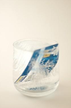 Keuntungan meminjam uang di UangTeman, tidak perlu pakai jaminan kartu kredit. (foto ilustrasi: uangteman.com)