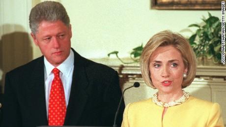 Hillary Clinton tetap tegar tatkala mengetahui suaminya terlibat skandal perselingkuhan dengan seorang pegawai magang Gedung Putih. (foto diambil dari CNN.com)