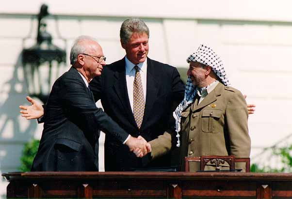 Bill Clinton merupakan presiden AS yang memprakarsai proses perdamaian konflik antara Israel dan Palestina. Tampak dalam foto, Bill Clinton mengapit Yitzhak Rabin (PM Israel) dan Yasser Arafat (PM Palestina) di Gedung Putih, tahun 1993. (foto sumber: wikipedia.org)