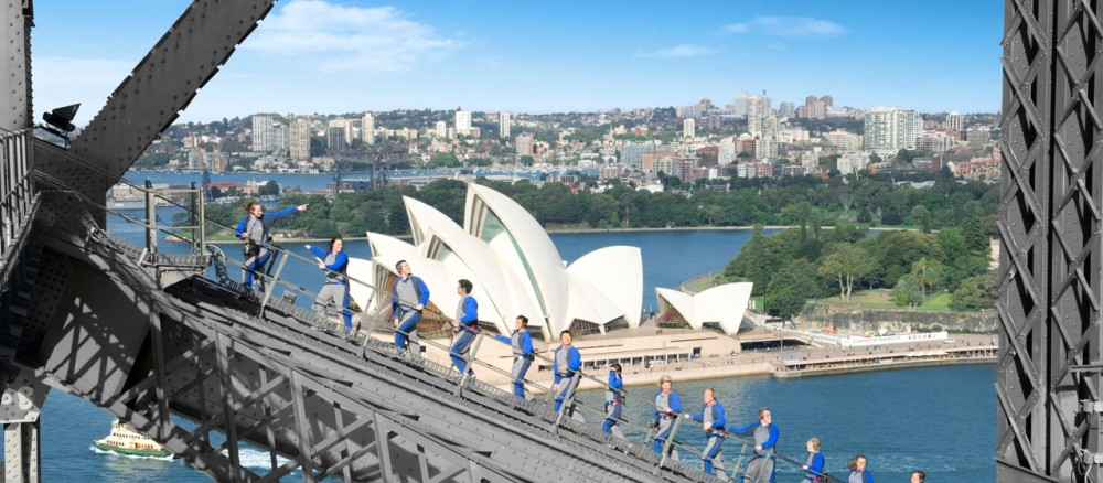 Uji nyali memanjati jembatan demi melihat keindahan panorama kota Sydney, siapa takut? (foto sumber: bridgeclimb.com)