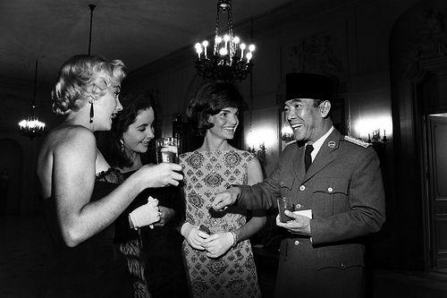 Jackie ternyata pernah tidak disengaja berfoto dalam satu frame dengan Marilyn, loh. Juga dengan presiden pertama RI, Bung Karno! Wah, hebat betul yah presiden kita yang satu ini :). (foto sumber: pinterest.com)