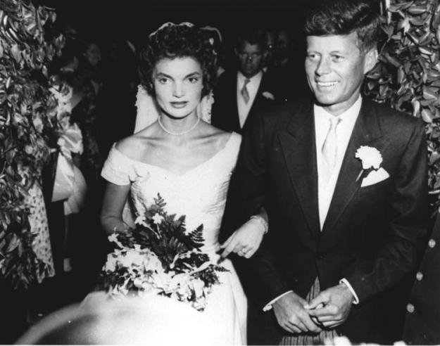 Jacqueline Bouvier atau Jacky bertemu dengan John Kennedy saat masih menjadi juru foto di Washington Herald. Foto di atas adalah pernikahan mereka di Rhode Island, AS, tahun 1953. (foto sumber: New York Daily News)